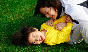 mom_and_son_playing_in_the_lawn_organic_lawn_products